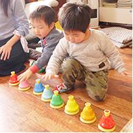 リトミック教室の楽器で遊ぶ子どもたち