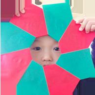 リトミック教室の色紙で遊ぶ子ども