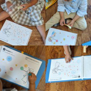 シールを貼ったり、塗り絵をする子ども達